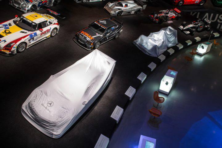 Mercedes-Benz Museum, Formel-1-Weltmeisterschaftsauto 2014 und DTM-Champion-Fahrzeug 2015 verhüllt in der Rennkurve. Foto vom November 2015.