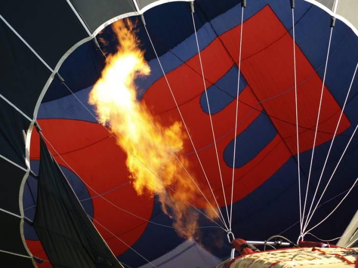 Aufstellen eines Heißluftballons mittels eines Gasbrenners